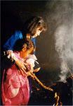 火焚き乙女とその母親の画像