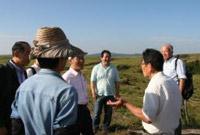 国連大学武内副長による現地視察参加者への説明の様子を写した画像