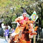馬に乗り流鏑馬をする射手の画像